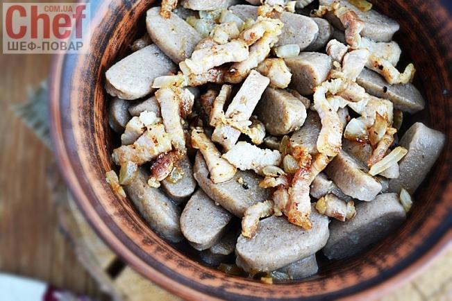Галушки из гречневой муки с луком и салом